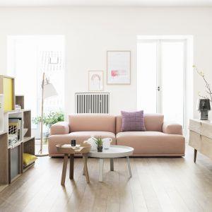Salon, w którym zestawiono naturalne drewno z pastelowymi kolorami. Fot. Muuto.