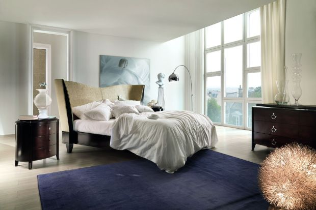 Łóżka o luksusowym designie przyciagają uwagę olbrzymimi wezgłowiami, elementami dekoracyjnymi, oryginalną formą oraz jakością zastosowanych materiałów.