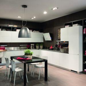 Elegancka kuchnia, w której znalazło się miejsce na regał z książkami, i na odpowiednio oświetlony kącik do pracy, i na jadalnię. Fot. Scavolini