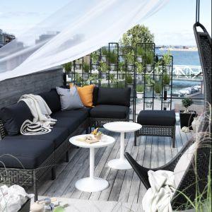 Meble rattanowe nadają się do aranżacji zarówno ogrodów, tarasów, ale także większych balkonów. Fot. IKEA