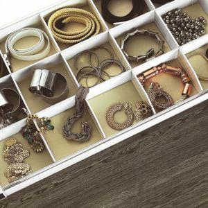 Szuflada Elegance z oferty firmy GTV. Przegródki typu szachownica pozwalają przechowywać biżuterię lub zrolowane krawaty. Fot. GTV