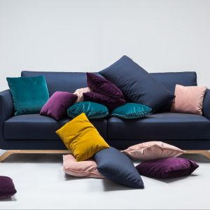 Sofa Pesto ma nie tylko nowoczesną stylistykę, ale i komfortowy kształt. Siedzisko osadzone na drewnianych nogach prezentuje się bardzo modnie. Fot. Comforty