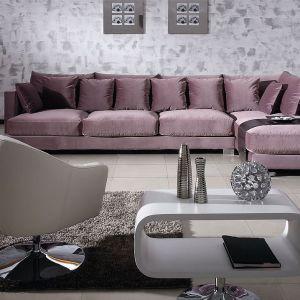 """Pudrowy fiolet pięknie komponuje się delikatnie połyskującą tkaniną na sofie """"Colorado"""". Fot. SITS"""