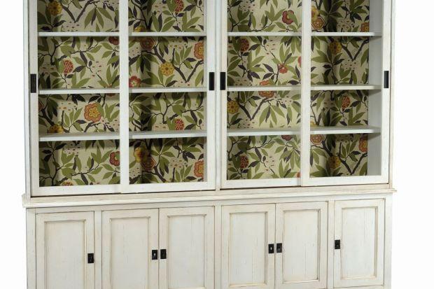 """Nowy rodzaj wykończenia w kolekcji """"1904"""" przyciąga uwagę - wzorzyste tapety prezentują motywy floralne. Tapeta zdobi na przykład wnętrze kredensu, gdzie stanowi oryginalne tło dla zgromadzonej w nim zastawy."""