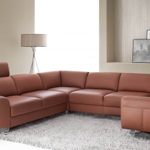 Narożnik Pi ma nowoczesną bryłę. Niskie siedzisko prezentuje się stylowo, a duża ilość modułów zapewni komfort dla wielu osób. Fot. Etap Sofa