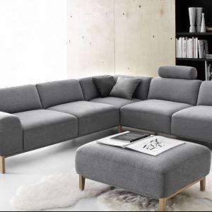 Narożnik Point. Szara tapicerka dobrze komponuje się z drewnianymi nóżkami. Fot. Etap Sofa