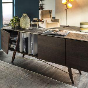 """Komoda """"Longplay"""" marki Cattelan Italia. Modernistyczny kształt, który doskonale prezentuje się zarówno w klasycznych jak i nowoczesnych wnętrzach. Fot. Cattelan Italia."""
