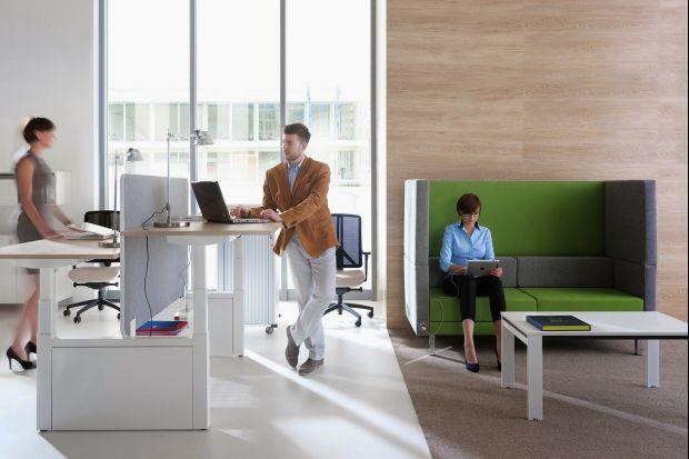 Zaplanowanie biura typu open space to nie lada wyzwanie. Warto skupić się nie tylko na nowoczesnym wyglądzie, ale również na komforcie pracowników.