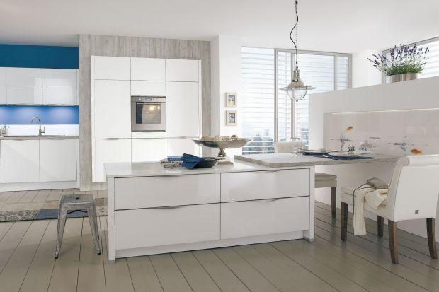 """Zarówno polscy, jak i zagraniczni producenci mebli kuchennych od jakiegoś czasu """"stawiają na biel"""". To kolor gwarantujący kuchennemu wnętrzu efekt czystości, świeżości i nowoczesności."""