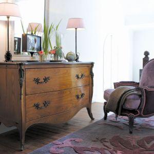 Komoda Pompadour marki Grange to idealny mebel do klasycznych aranżacji w stylu francuskim. Fot. Grange