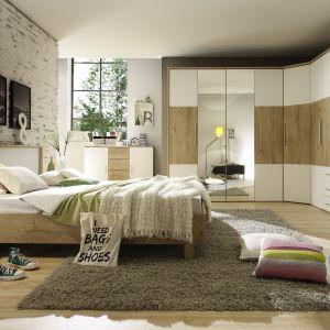 Dużym zainteresowaniem w sypialniach dla dwóch osób cieszą się m.in. szafy, które można ciekawie zestawiać, tworząc np. kombinacje narożne. Na zdjęciu – sypialnia Helios. Fot. Helvetia Wieruszów