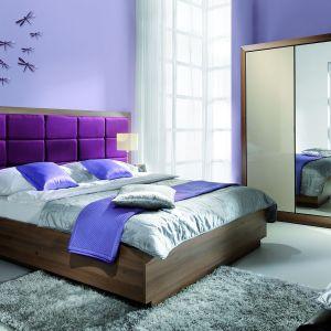Sypialnia Juliet firmy Wajnert charakteryzuje się ogromnym tapicerowanym wezgłowiem. Fot. Wajnert.
