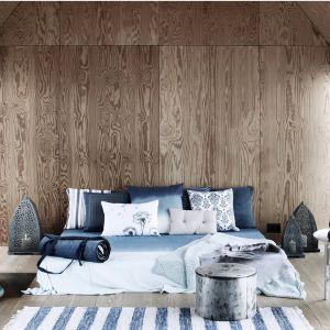 Różne odcienie niebieskiego doskonale pasują do nowoczesnej aranżacji sypialni. Kolor ten warto połączyć z drewnem, dzięki czemu sypialnia stanie się przytulna. Fot.Brose Copenhagen