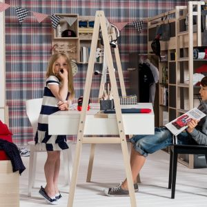 Biurko Spot by Vox zainspirowane zostało stylem skandynawskim. Ma wygodne półki z obu stron, a dzięki umieszczeniu blatu na wysokiej ramie, sprawia, że może być używane przez rodzeństwo. Fot. Meble Vox