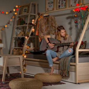 """Łóżko """"Spot by VOX"""" wygląda jak konstrukcja drewnianego domku. Na wysokiej ramie można zawiesić dekoracyjne lampiony i stworzyć niesamowity klimat w pokoju. Fot. Meble VOX"""