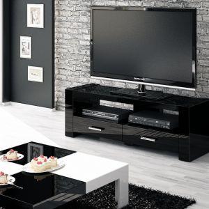 """Przykład zastosowania wysokiego połysku w przestrzeni salonu. Fronty mebli RTV oraz stolik kawowy zostały wykonane z płyty """"Hubertus Super Połysk"""" w kolorach białym oraz czarnym. Fot. Hubertus"""
