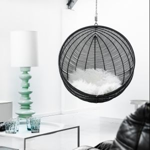 Okrągły fotel wiszący wykonany w technorattanu. Idealny mebel zarówno do ogrodu jak do do salonu. Fot. HK Living