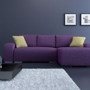 Sofa Rock Lux to narożnik z dużą powierzchnią spania i pojemnikiem na pościel. Wyposażony w mechanizm rozkładania na podnośnikach. Obłe kształty pasują i fioletowa tapicerka doskonale nadają się do kobiecych salonów. Sofa sprawia bowiem wrażenie bardzo miękkiej i przytulnej. Fot. BRW