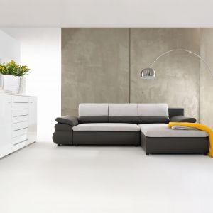 Toni Lux to narożnik uniwersalny, obustronnie montowany, z funkcją spania i pojemnikiem na pościel, mechanizm rozkładania na podnośnikach, 3 profilowane poduszki oparciowe zwiększające komfort. Sprężyny faliste zastosowane w siedzisku i oparciu. Fot. BRW