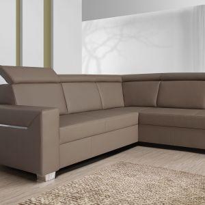 Sofa Focus to proste, geometryczne kształty i funkcjonalność. Ozdobna, chromowana listwa umieszczona na boku mebla podkreśla jego nowoczesny wygląd. Ruchome zagłówki i funkcja spania podnoszą wygodę codziennego użytkowania. Fot. Wajnert Meble