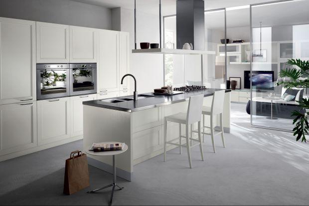 Szczęśliwi posiadacze kuchni o dużym metrażu mogą sobie pozwolić na wysoką zabudowę, która jest nie tylko funkcjonalna i praktyczna, ale też może stanowić prawdziwą ozdobę wnętrza - szczególnie w kuchni otwartej na salo