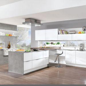 Biała wysoka zabudowa plus kuchenna wyspa - prawdziwy raj dla zapalonego kucharza. Fot. Nobilia