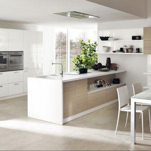 Piękna kuchnia podzielona na strefy, połączona z jadalnią. Fot. Scavolini