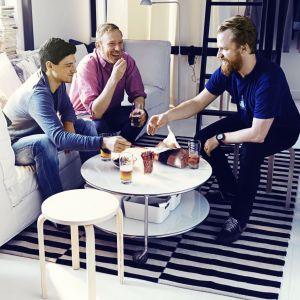 Zestaw kawowy złożony z kliku stolików, rozmieszczonych na różnych poziomach to modne i funkcjonalne rozwiązanie. Fot. IKEA