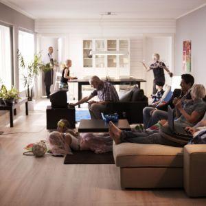 Sofa Kivik to idealne rozwiązanie do salonu dla dużej rodziny. Fot. IKEA