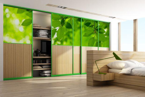 Szafa na wymiar zapewnia miejsce na przechowywanie. Może być także ozdobą wnętrza. Wystarczy postawić na dekoracyjny front.