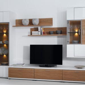 Corano marki Bydgoskie Meble to modułowe meble do salonu, które pozwolą stworzyć nowoczesną, ale jednocześnie bardzo przytulną aranżację. Niska szafka jest idealna pod telewizor, zaś witryny pozwolą wyeksponować szkło. Fot. Bydgoskie Meble