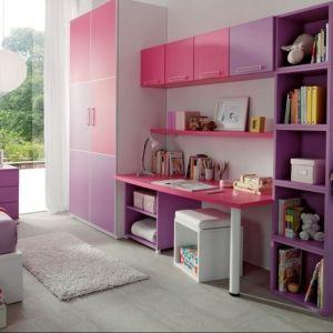 W pokoju dziecka sprawdzi się dobrze meblościanka. To dobre rozwiązanie zarówno do małego pokoju jak i dużego. W ciągu mebli pod ścianą warto wówczas znaleźć miejsce na biurko. Fot. Muebles Lara