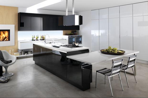 Kuchnia z wysoką zabudową nie tylko pięknie wygląda, ale jest też niezwykle funkcjonalna. Sprawia, że nawet w małej kuchni wszystkie niezbędne do pracy przedmioty mają swoje miejsce.