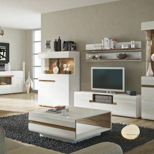 Białe meble do salonu Linate marki Wójcik, to stylowe połączenie bieli z charakterystycznymi elementami w kolorze drewna. Fot. Meble Wójcik