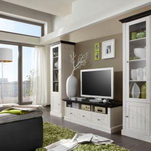 Białe meble Monaco marki Steens. Klasyczne w formie szafki i komódy świetnie sprawdzą się w mieszkaniu w bloku. Fot. Steens