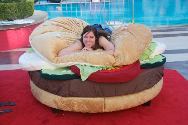 Do tej pory hamburger mógł kojarzyć się wyłącznie z jedzeniem. Otóż może być także bardzo wygodnym łóżkiem. Muffinka i tabliczka czekolady posłużą za wygodne siedzisko, a zjeść można na dachu Fiata 500.