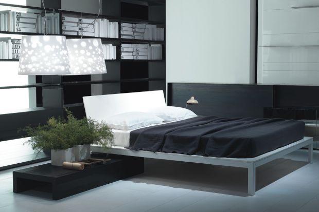 """Łóżko """"Offshore"""" zaprojektowane przez Piero Lissoniego charakteryzuje się minimalistyczną stylistyką, zaakcentowaną dzięki metalowej konstrukcji modelu."""