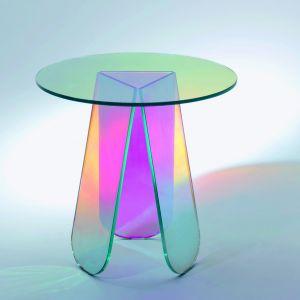 """Stolik """"Shimmer"""" marki Glas Italia. """"Shimmer"""" to niski laminowany, okrągły stolik z charakterystycznym wielobarwnym i opalizującym wykończeniem, które wizualnie zmienia się w zależności od rodzaju światła i kąta patrzenia. Fot. Glas Italia."""