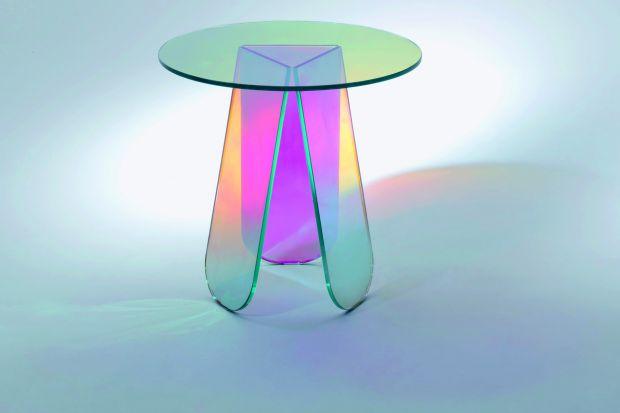 """Szklany stolik """"Shimmer"""" przyciąga uwagę nie tylko dzięki prostej, minimalistycznej stylistyce, ale też dzięki... tęczowo opalizującemu wykończeniu! Trudno oderwać od niego wzrok!"""