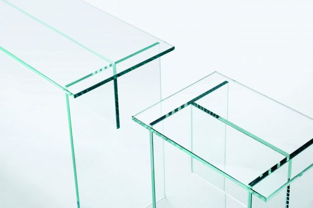 """Prostota minimalistycznej formy i transparentne szkło to wyznaczniki ławki i stolika""""Sublimazione 5/6"""". Meble o tej stylistyce są niemalże """"niewidoczne"""" w salonie."""