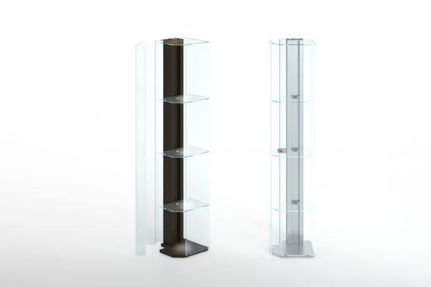 """Wysmukła witryna """"Solo"""" wyposażona jest w LED-owe oświetlenie. Wykonana z anodyzowanego aluminium lub stali inox kolumna zawiera system umożliwiający ustawianie szklanych półek na dowolnej wysokości."""