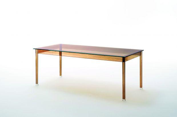 Czy to stół wykonany ze szkła, czy też z drewna? Z obu materiałów! Dzięki zastosowaniu specjalnego procesu nadruku na powierzchni mebli uzyskano efekt przypominający orzechowy fornir.