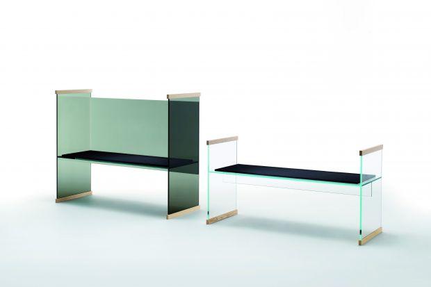 """W skład kolekcji """"Diapositive"""" wchodzi ławka, sofa, biurko wysokie i niskie oraz niewielka biblioteka. Meble te wykonane są z hartowanego szkła i posiadają elementy z litego jesionu lub dębu."""