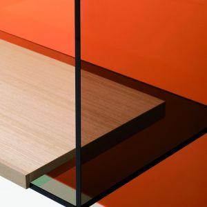 """Meble """"Diapositive"""" w wersjimonochromatycznej wykonane są z transparentnego szkła w kolorze jasnoszarym, ciemnoszarym, liliowym lub pomarańczowym. Producent: Glas Italia. Fot. Glas Italia."""