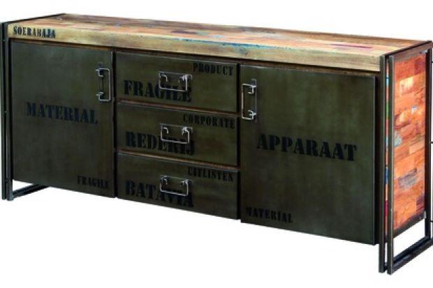 """Komodę """"Factory"""" charakteryzuje połączenie surowych metalowych ram z drewnianą powierzchnią prezentującą efekt patynowania."""