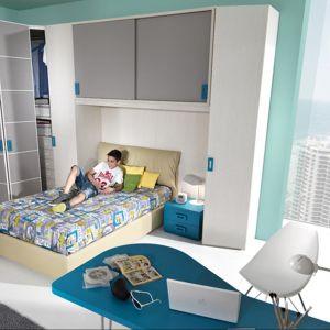 W pokoju nastolatka powinno być dużo miejsca do przechowywania. W tym celu przydadzą się wysoki szafy i podwieszane półki. Fot. Giessegi