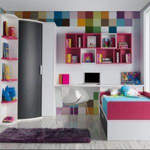 Wielobarwne tło dla biało-różowych mebli. Otwarte półki typu kubik są świetnym miejsce na przechowywanie książek czy drobnych bibelotów. Fot. Muebles Lara