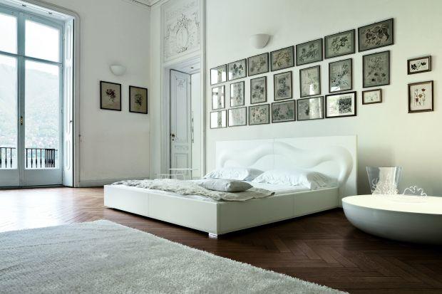 """Biel w sypialni działa kojąco i uspokajająco dla zmysłów. Jest doskonałym tłem dla nieco bardziej wyrazistych dodatków, ale równie dobrze wygląda wyłącznie w swoim własnym """"towarzystwie""""..."""