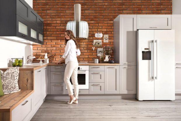Kuchnia Popiel w kształcie litery L. Wysoka zabudowa zapewnia dużo miejsca do przechowywania.