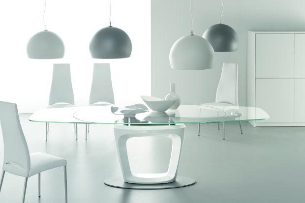 Meble ze szkła? Dlaczego nie. Dziś prezentujemy garść inspiracji dla miłośników minimalistycznych, nowoczesnych wnętrz. Obejrzyjcie galerię mebli wykonanych niemal w całości ze szkła.